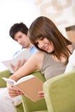 Allievo - casa del libro di lettura dei due adolescenti Immagine Stock