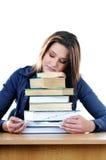 Allievo che dorme sopra i libri alla tabella Fotografie Stock Libere da Diritti