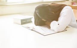 Allievo che dorme sui libri Fotografie Stock