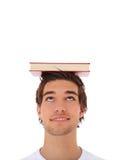 Allievo che equilibra un libro sulla sua testa Fotografia Stock Libera da Diritti