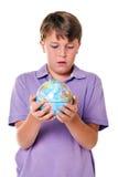 Allievo che giudica un globo isolato Fotografia Stock Libera da Diritti