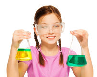 Allievo che guarda ai risultati delle sue prove chimiche Fotografia Stock