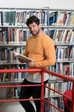 Allievo che impara nella libreria Fotografie Stock