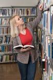 Allievo che impara nella libreria Fotografie Stock Libere da Diritti
