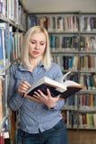 Allievo che impara nella libreria Fotografia Stock Libera da Diritti