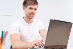Allievo che lavora al computer portatile Immagini Stock