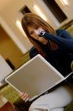 Allievo che lavora al computer portatile in libreria Immagini Stock