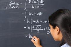 Allievo che lavora al problema di matematica Immagini Stock
