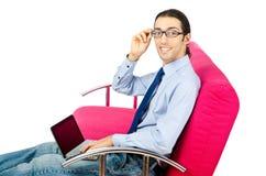 Allievo che lavora con il computer portatile sul sofà Immagini Stock