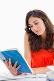 Allievo che legge un libro blu Immagine Stock
