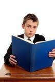 Allievo che legge un manuale Immagini Stock Libere da Diritti