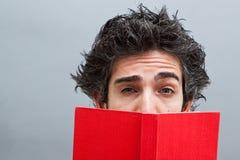 Allievo che legge un romanzo di suspense Fotografia Stock Libera da Diritti