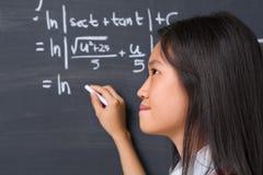 Allievo che pensa al problema di matematica Fotografia Stock