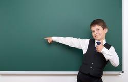 Allievo che posa al consiglio scolastico, spazio vuoto, concetto di istruzione Fotografia Stock