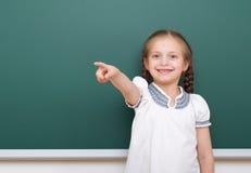 Allievo che posa al consiglio scolastico, spazio vuoto, concetto di istruzione Immagini Stock Libere da Diritti