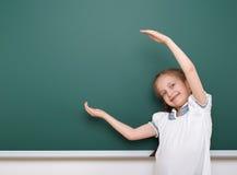 Allievo che posa al consiglio scolastico, spazio vuoto, concetto di istruzione Fotografia Stock Libera da Diritti