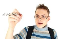 Allievo che scrive formula matematica Fotografia Stock Libera da Diritti