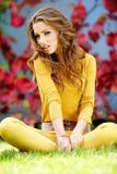 Allievo che sorride contro i fogli di autunno Fotografia Stock