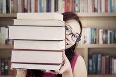 Allievo che tiene i libri spessi Fotografia Stock