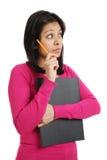 Allievo che tiene una matita e un dispositivo di piegatura mentre pensando Immagine Stock
