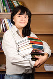 Allievo con i libri delle biblioteche Immagine Stock