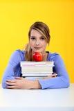 Allievo con i libri e la mela rossa Fotografie Stock Libere da Diritti