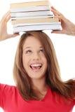 Allievo con i libri sulla sua testa Fotografia Stock