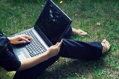 Allievo con il computer portatile. Fotografia Stock