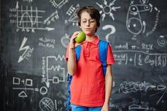 Allievo con la mela Immagine Stock