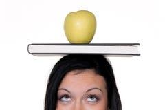 Allievo con la mela e libri sull'apprendimento Fotografia Stock Libera da Diritti
