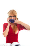 Allievo con la tazza e comunicare in telefono delle cellule Fotografia Stock Libera da Diritti