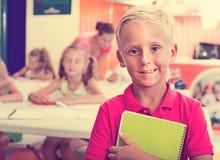Allievo del ragazzo che sta nella classe della scuola elementare Fotografie Stock Libere da Diritti
