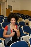 Allievo dell'afroamericano nel corridoio di conferenza Immagini Stock