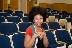 Allievo dell'afroamericano nel corridoio di conferenza Immagine Stock