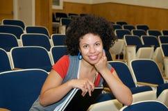 Allievo dell'afroamericano nel corridoio di conferenza Fotografia Stock