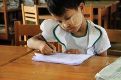 Allievo della ragazza al banco, ritratto, Myanmar Fotografie Stock