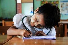 Allievo della ragazza al banco, ritratto, Myanmar Immagini Stock Libere da Diritti