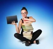 Allievo della ragazza con i libri e la tabella elettronica Fotografia Stock