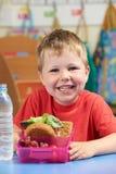 Allievo della scuola elementare con la scatola di pranzo sana Immagine Stock Libera da Diritti