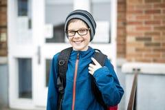 Allievo della scuola elementare fuori con lo Zaino Fotografie Stock Libere da Diritti