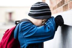 Allievo della scuola elementare fuori con lo Zaino Immagine Stock Libera da Diritti