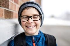 Allievo della scuola elementare fuori con lo Zaino Fotografie Stock