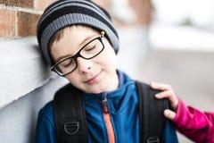 Allievo della scuola elementare fuori con lo Zaino Fotografia Stock Libera da Diritti