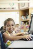Allievo della scuola elementare nella classe del computer Fotografia Stock Libera da Diritti
