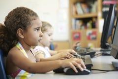 Allievo della scuola elementare nella classe del computer Immagini Stock Libere da Diritti