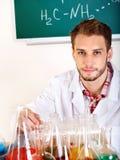 Allievo di chimica dell'uomo con la boccetta. Fotografia Stock Libera da Diritti