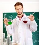 Allievo di chimica dell'uomo con la boccetta. Fotografie Stock Libere da Diritti