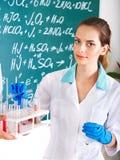 Allievo di chimica della ragazza con la boccetta. Immagini Stock Libere da Diritti