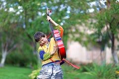 Allievo di musica che gioca la chitarra Immagini Stock Libere da Diritti