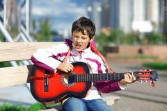 Allievo di musica che gioca la chitarra Fotografia Stock Libera da Diritti